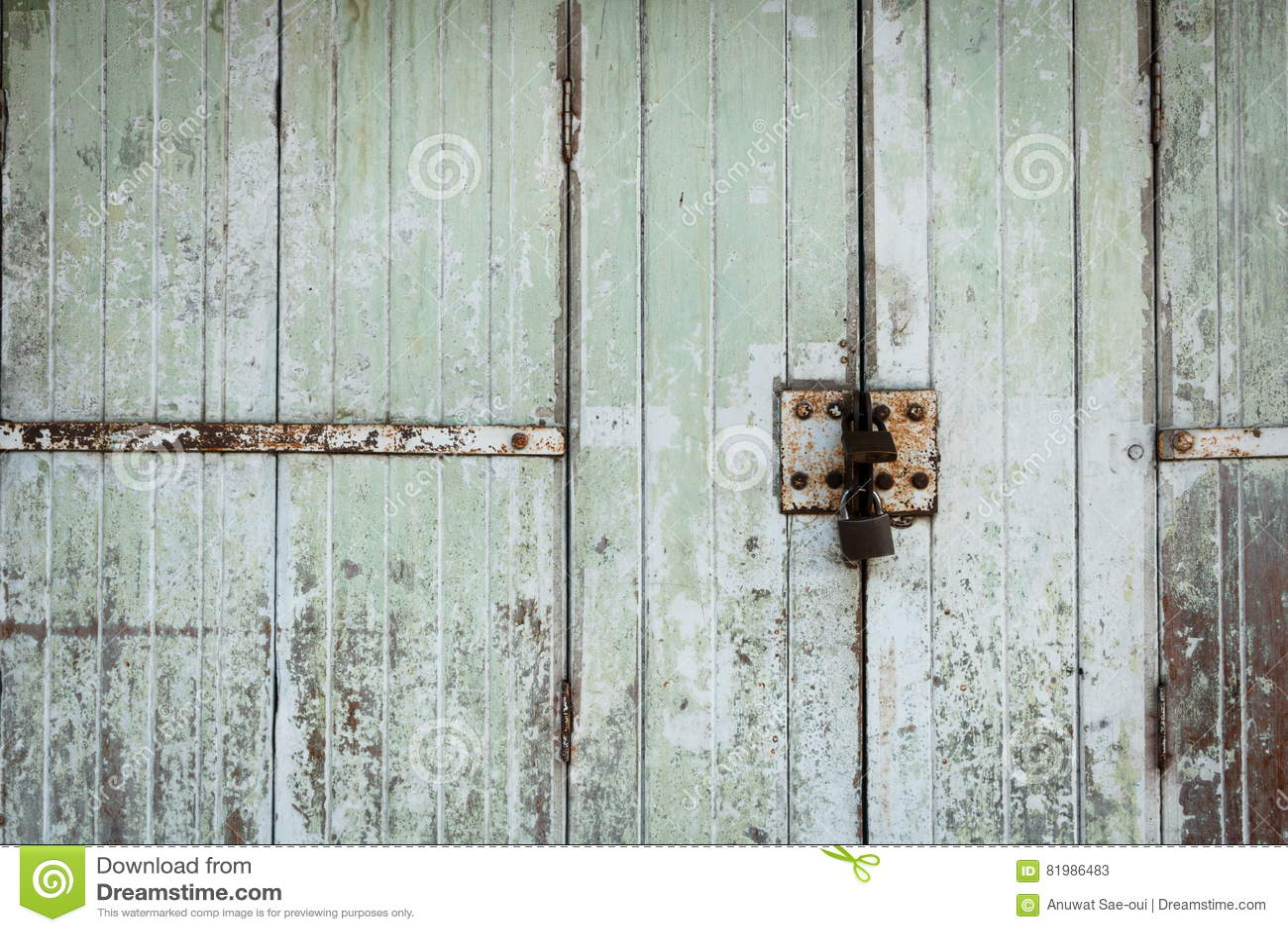 Oude houten die deur met gouden hangslot wordt gesloten