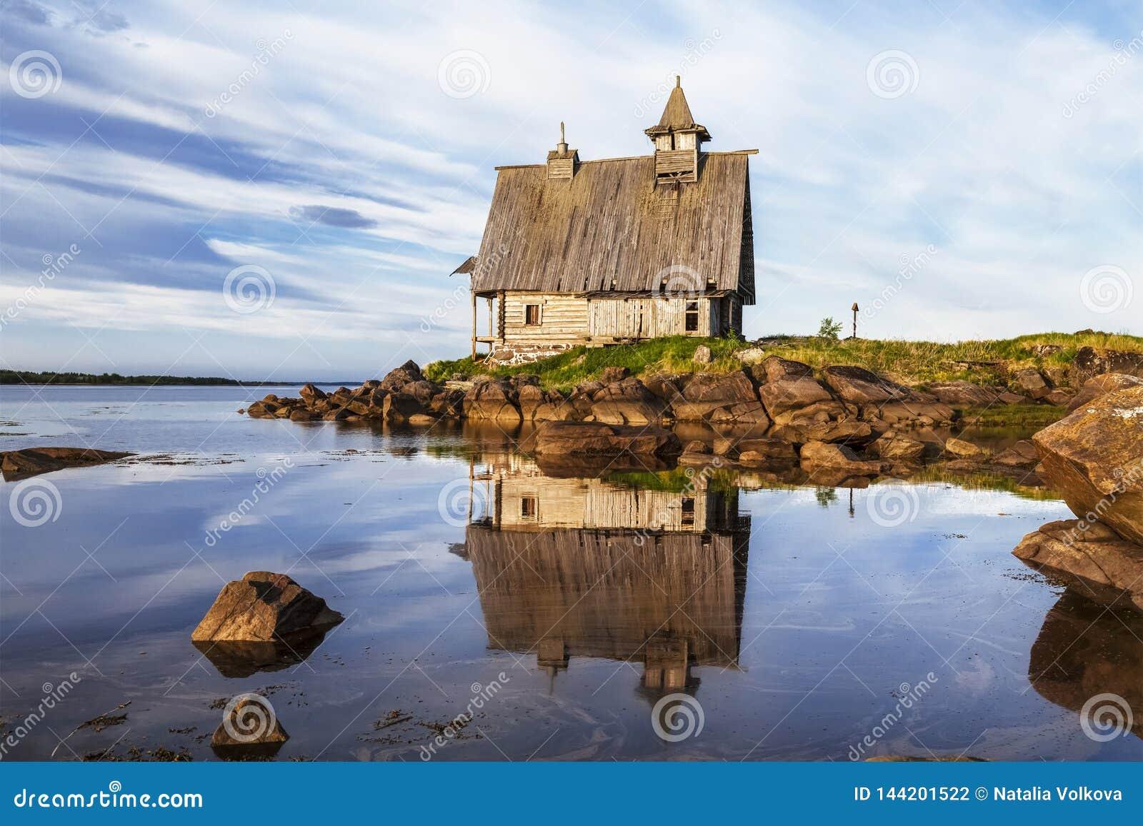 Oude houten die Kerk voor de film van het 'Eiland 'in het Witte overzees, Rabocheostrovsk, Karelië wordt gebouwd,