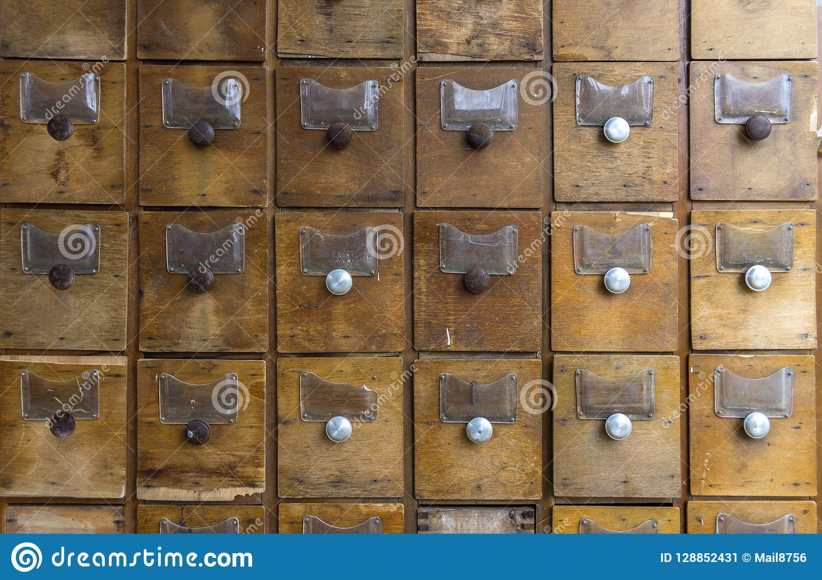 Oude houten dozen voor vormen Oude archief of bibliotheek