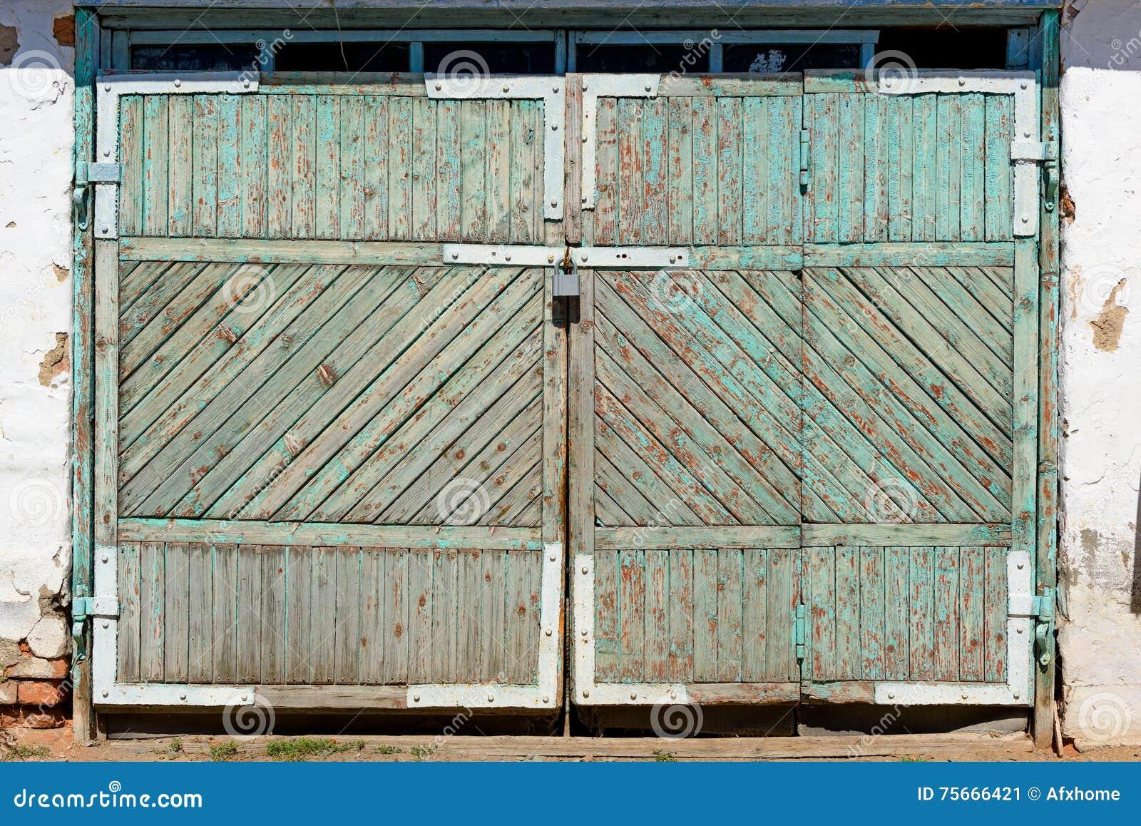 Houten Garagedeuren Prijs : Oude houten garagedeuren met hangsloten stock afbeelding