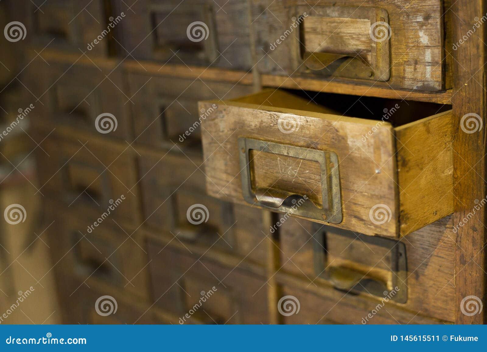 Oude houten garderobe met kleine laden voor het opslaan van brieven, uitstekende retro-veilige, exclusieve de 19de eeuw met de ha
