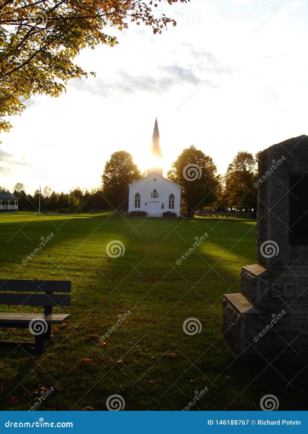 Oude houten kerk bij zonsondergang