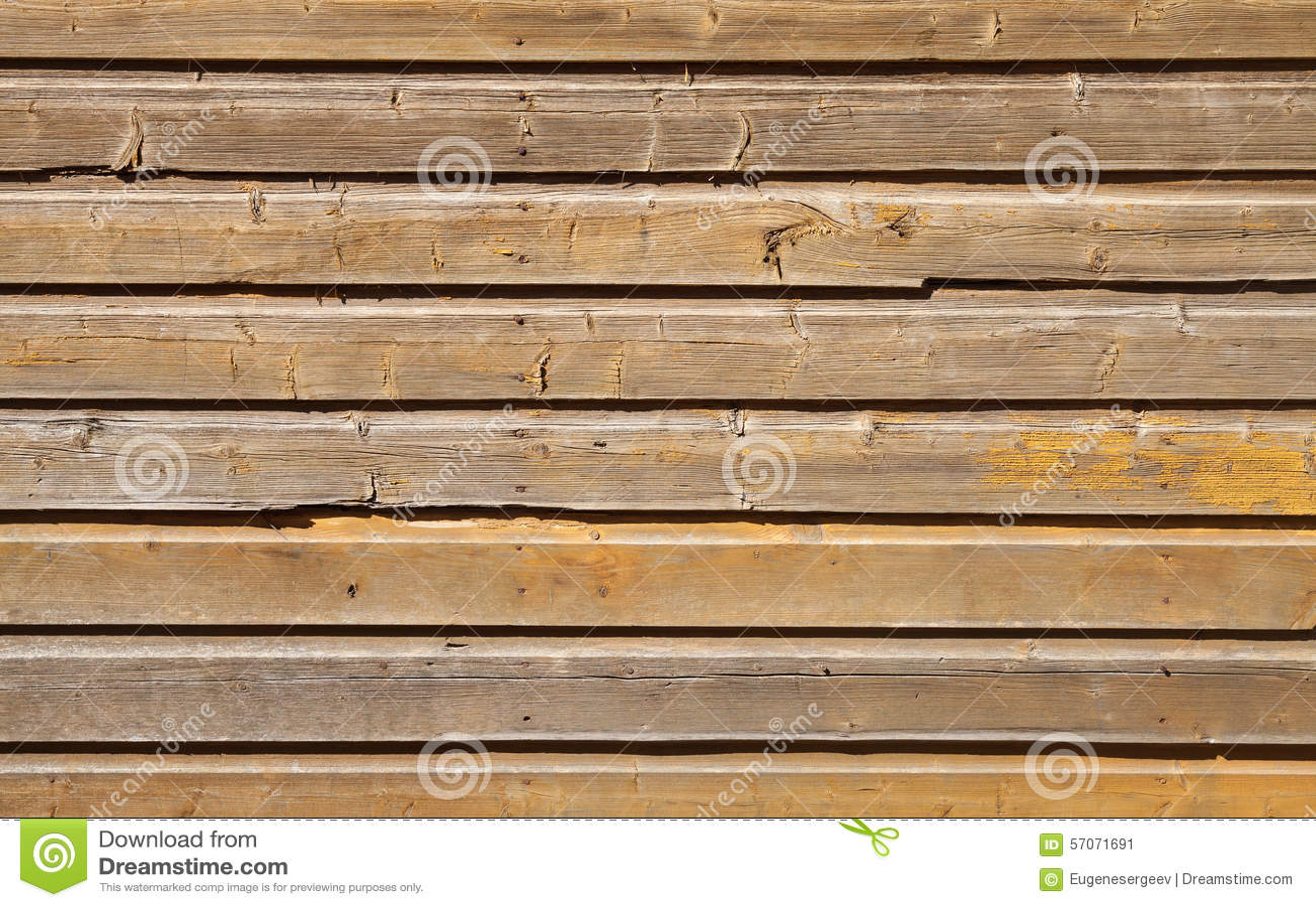 Oude houten muur met gebarsten gele verflaag