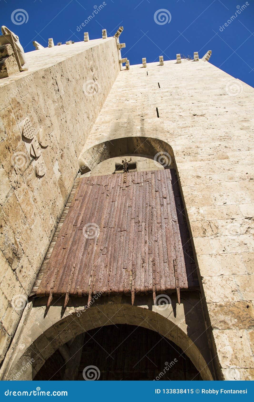 Oude houten rolling shutterpoort bij de ingang aan histo