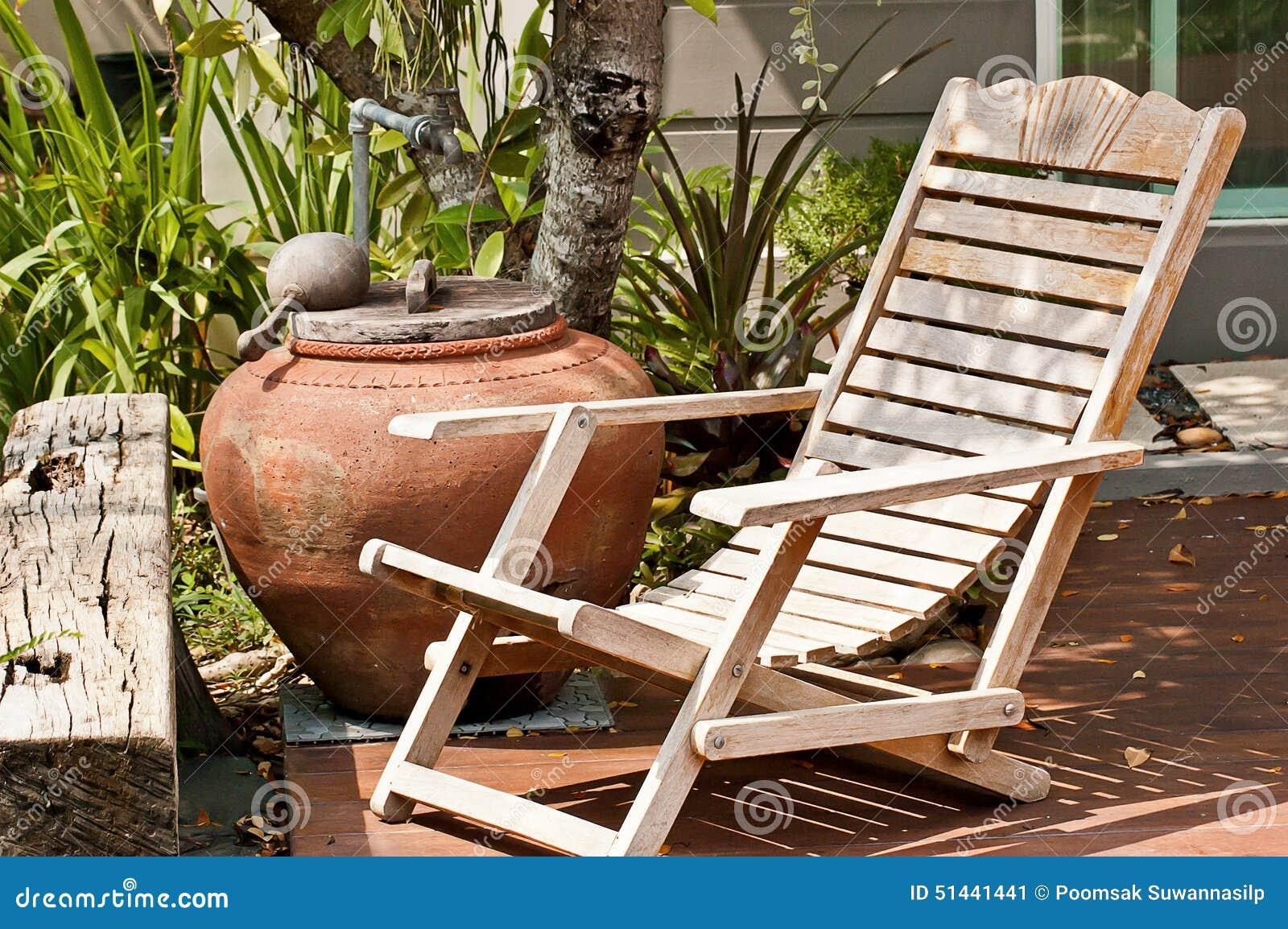 Houten Stoel Tuin : Oude houten stoel in de tuin stock afbeelding afbeelding bestaande