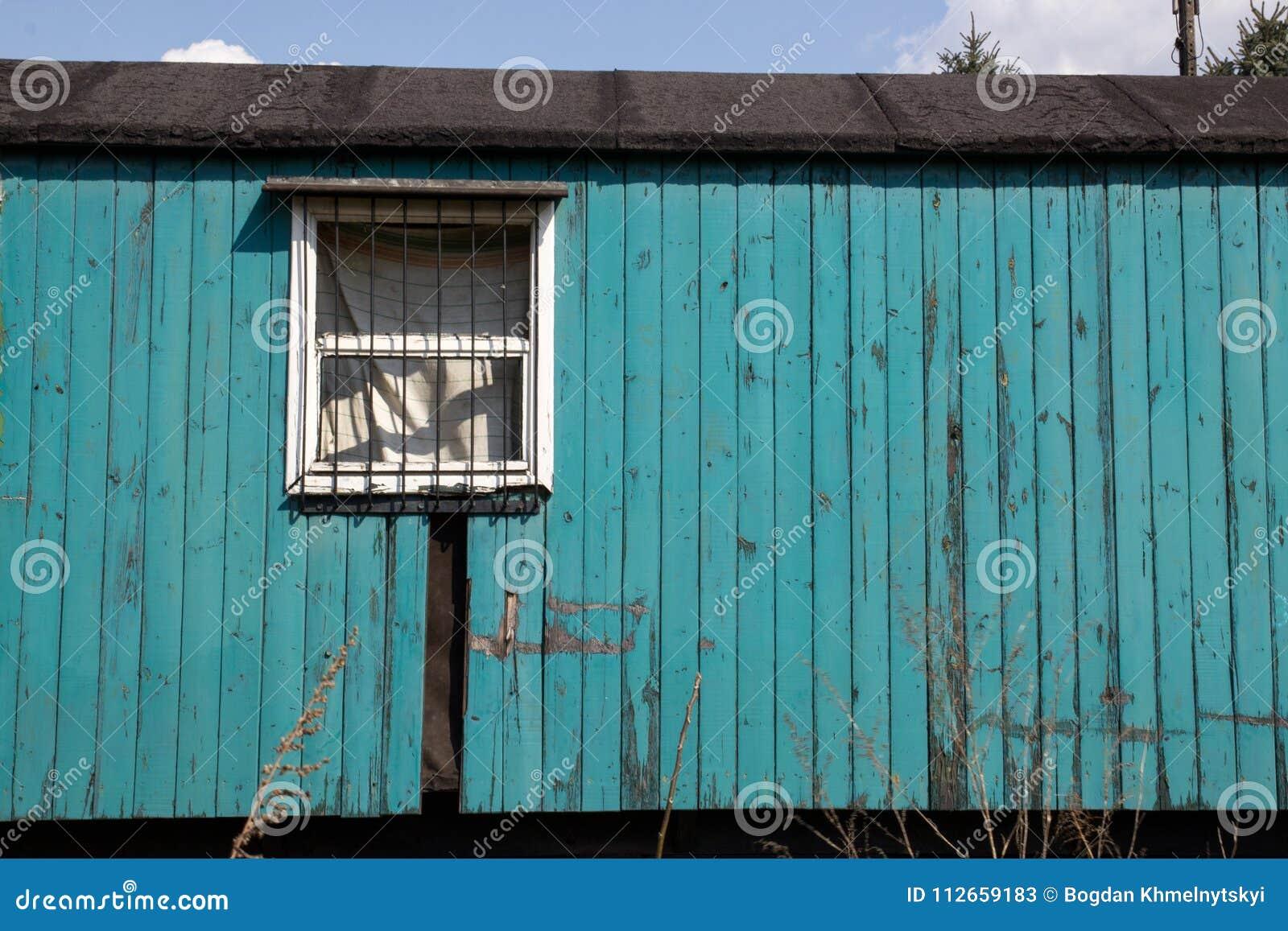 Oude houten verlaten wagen op de achtergrond van blauwe hemel