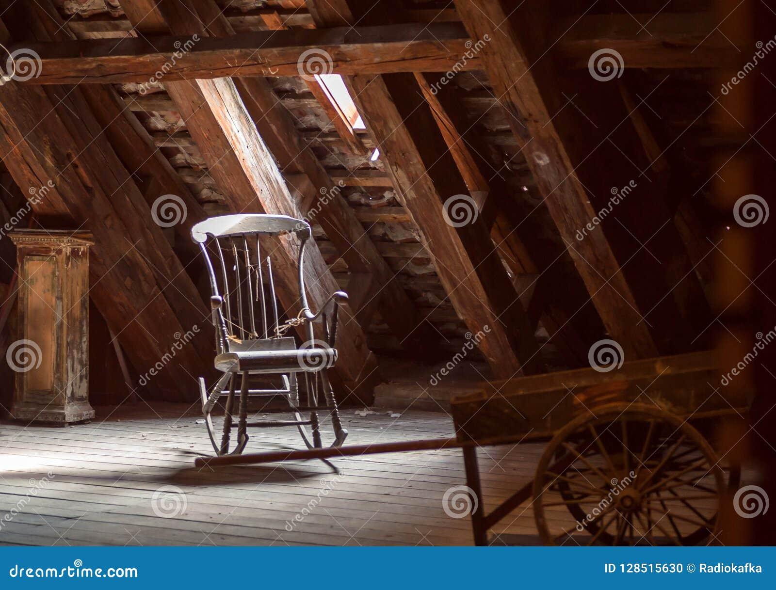 Oude huiszolder met retro meubilair, houten schommelstoel Verlaten huisconcept