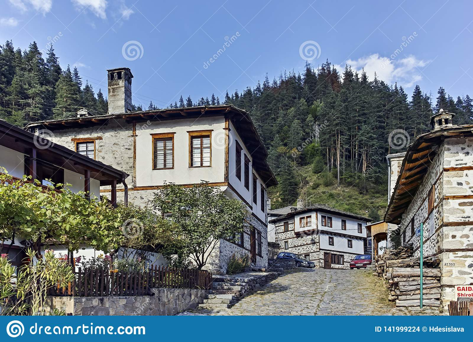 Oude huizen en straten in historische stad van Shiroka Laka, Bulgarije