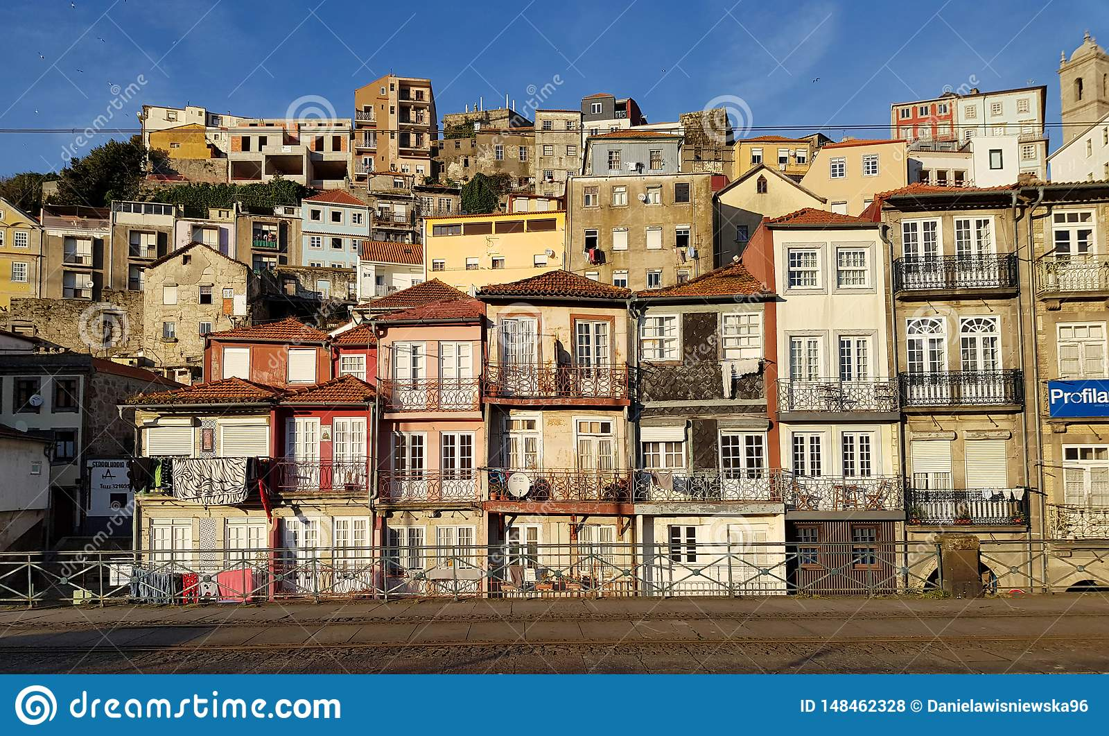 Oude huizen langs de Douro-Rivier