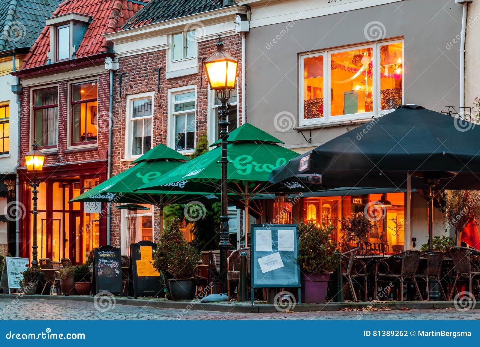 Restaurants In Huizen : Oude huizen met bars en restaurants tijdens zonsondergang in doesbu