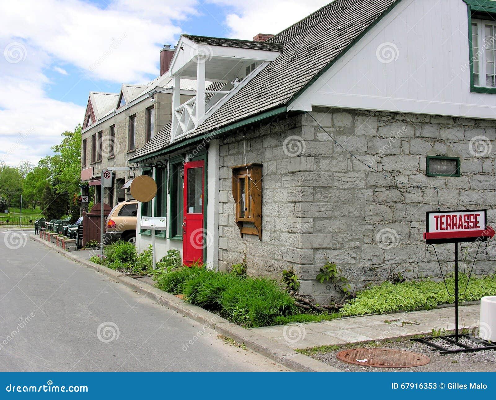 Restaurants In Huizen : Oude huizen restaurants in kleine stad qc canada stock afbeelding