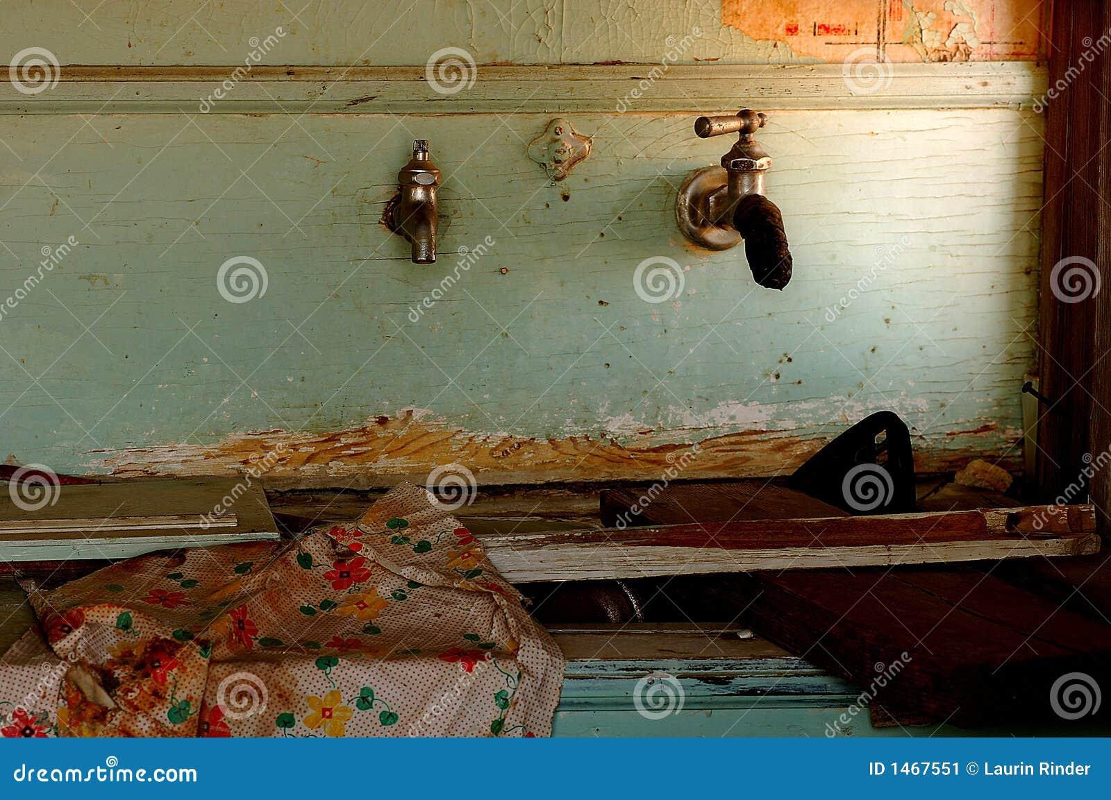 Voorraadkast Keuken Inhoud : Bederf van een Oude keuken verlaten om in de woestijn te rotten.
