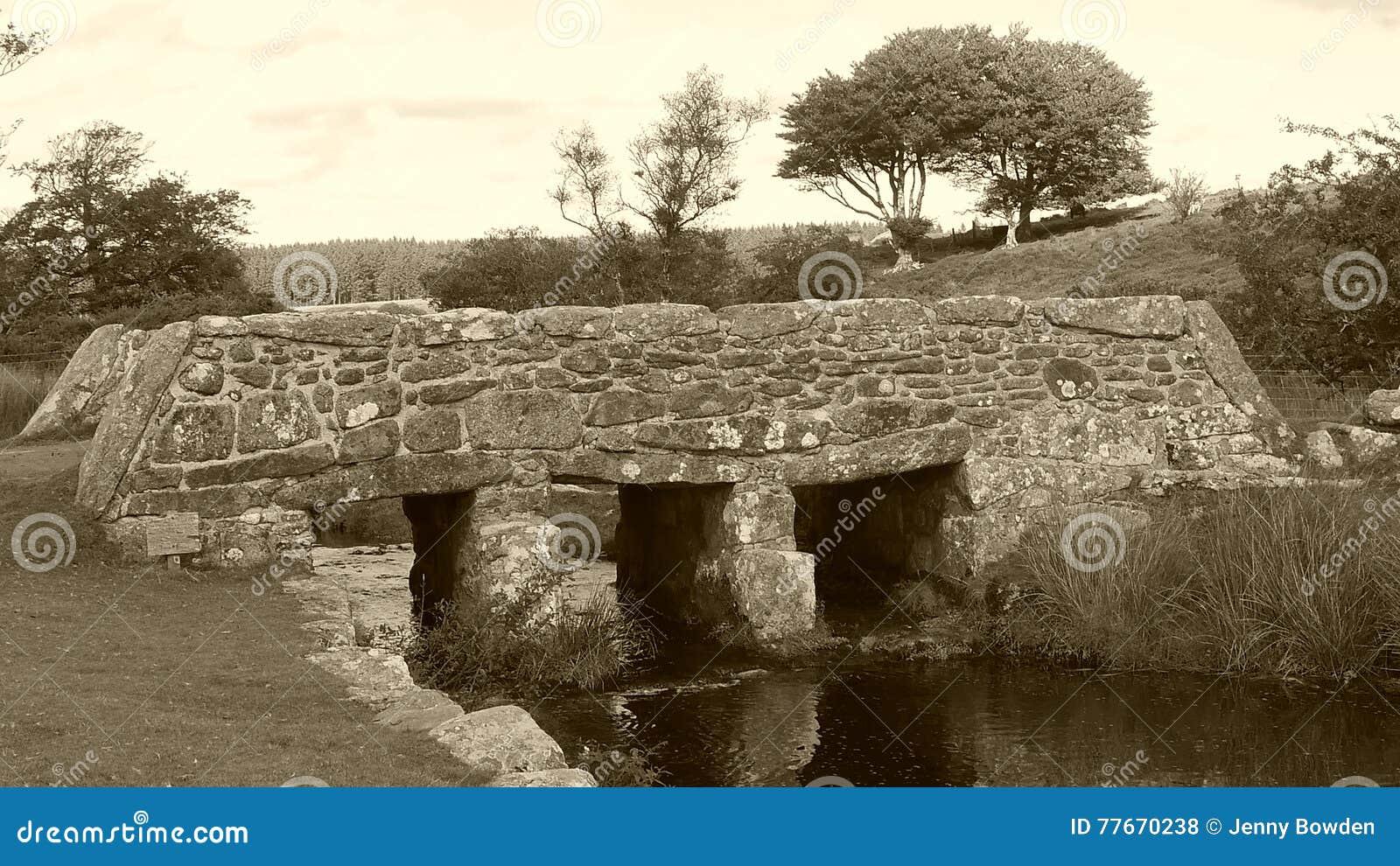 Oude kleppenbrug op Dartmoor in Zuidwestenengeland