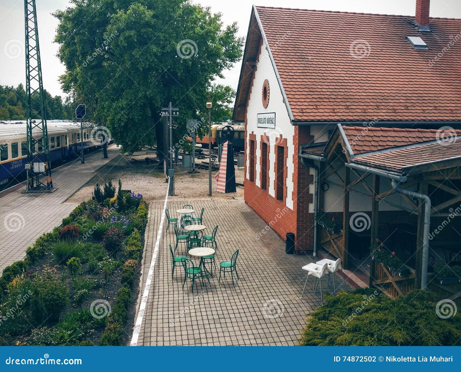 Oude koffiewinkel op een station