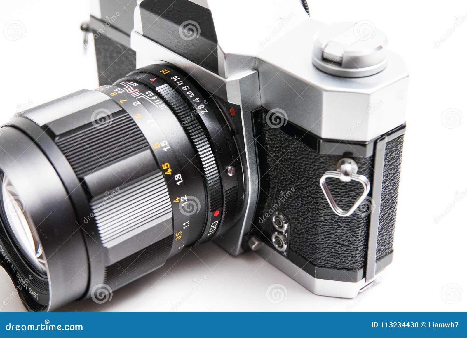 Oude Konica 35 die mm-camera op witte dichte omhooggaand wordt geïsoleerd