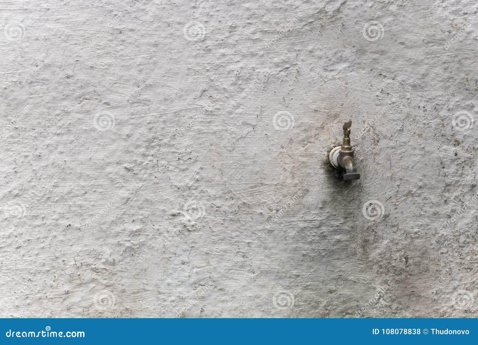 Kraan Uit Muur.Oude Kraan Op Witte Muur Stock Foto Afbeelding Bestaande