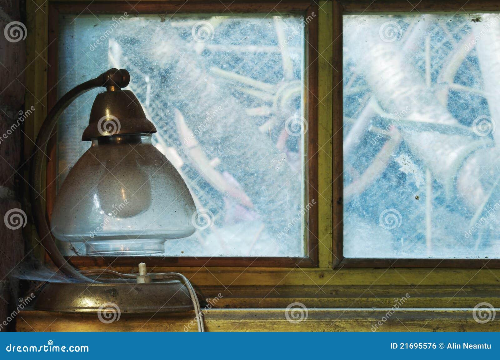 https://thumbs.dreamstime.com/z/oude-lamp-op-vensterbank-21695576.jpg