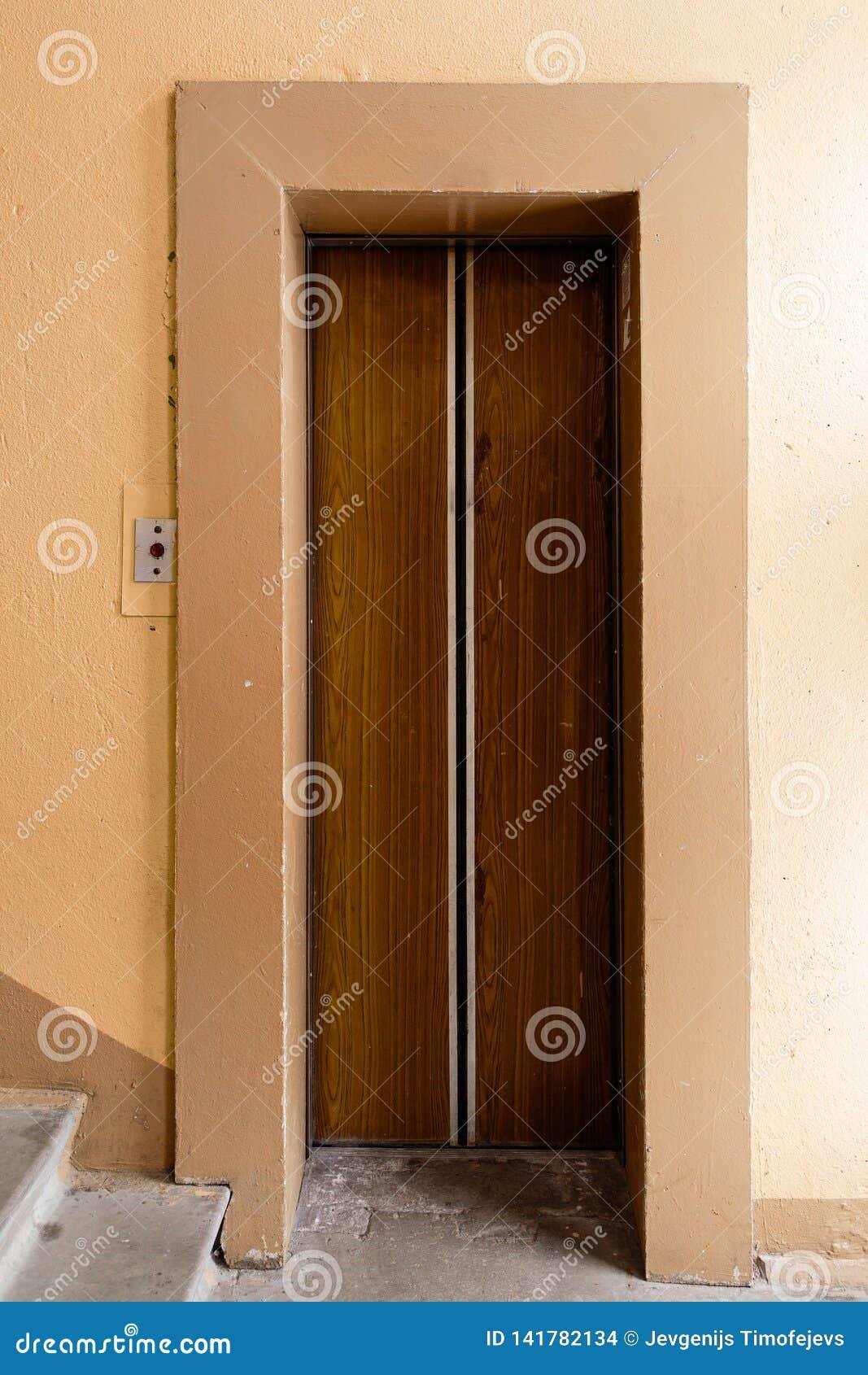 Oude lift met grungy patroon in een sovjetgebouw in post-sovjetriga, Letland