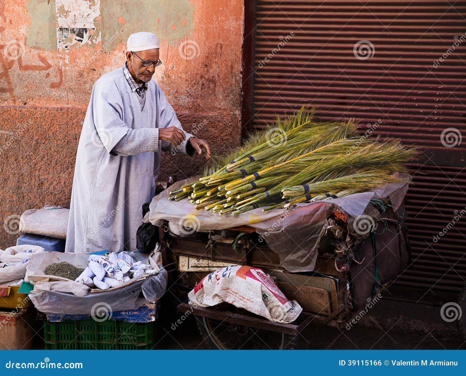 Oude Marokkaanse mensen verkopende kruiden