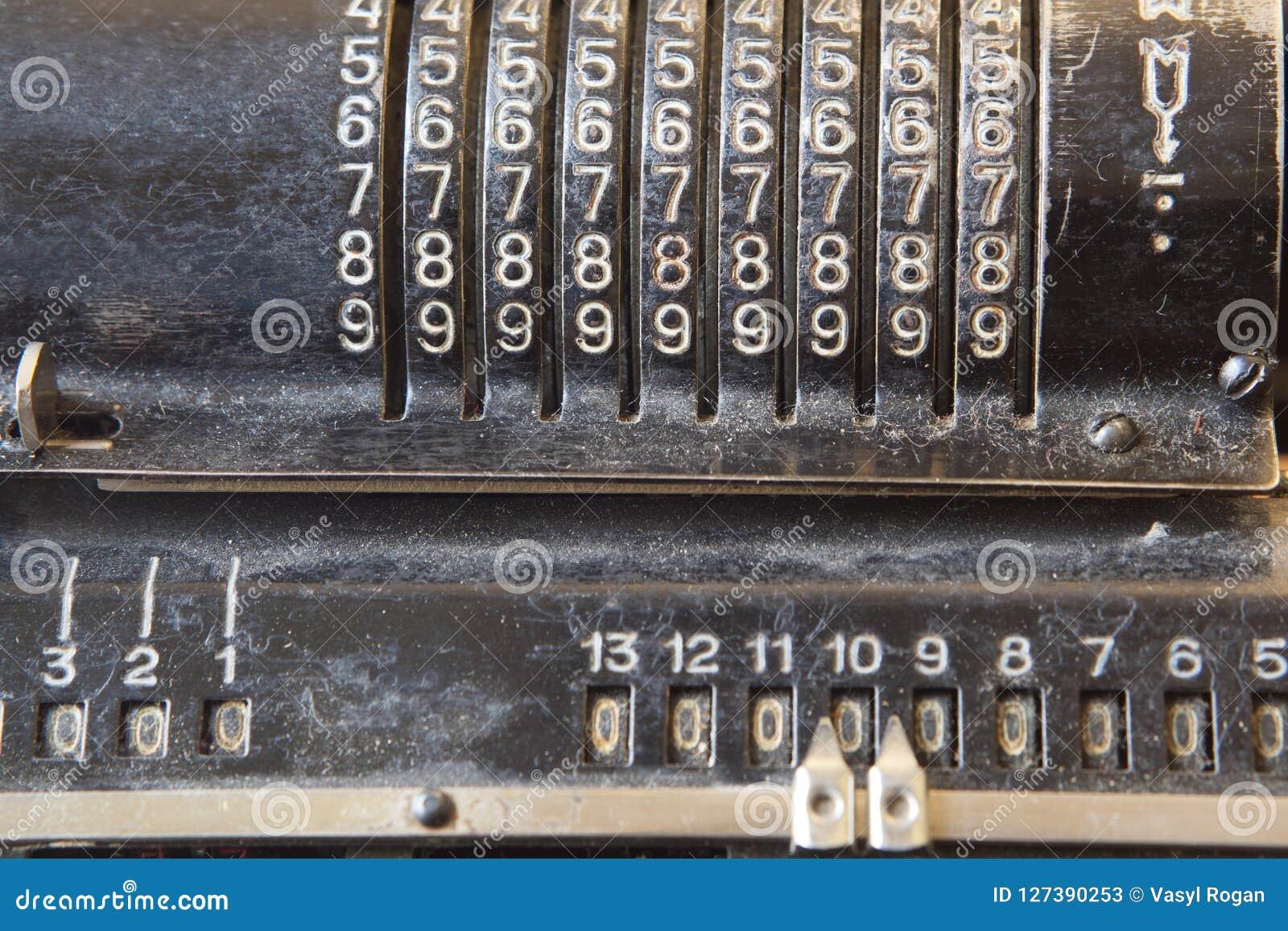 Oude mechanische hand tellende machine voor wiskundige berekeningen