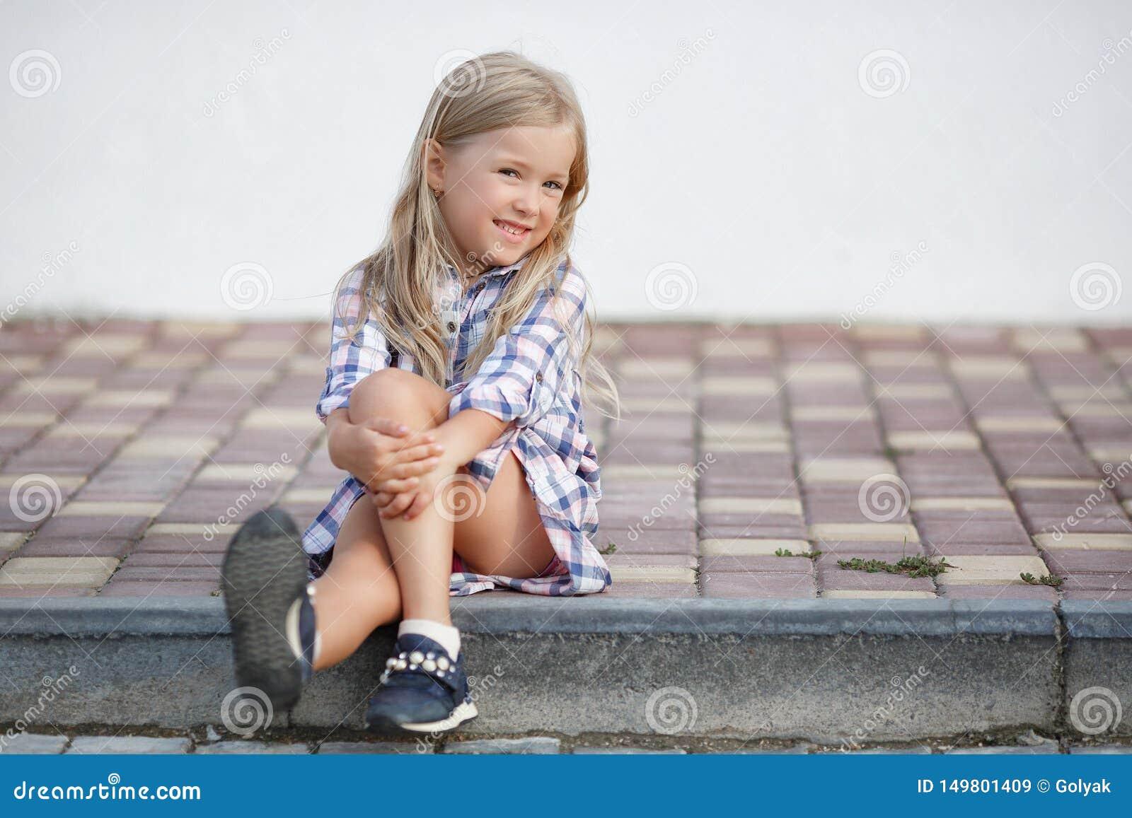 Oude meisje 5 het jaar, brengt in openlucht tijd alleen dichtbij haar huis in de zomer door