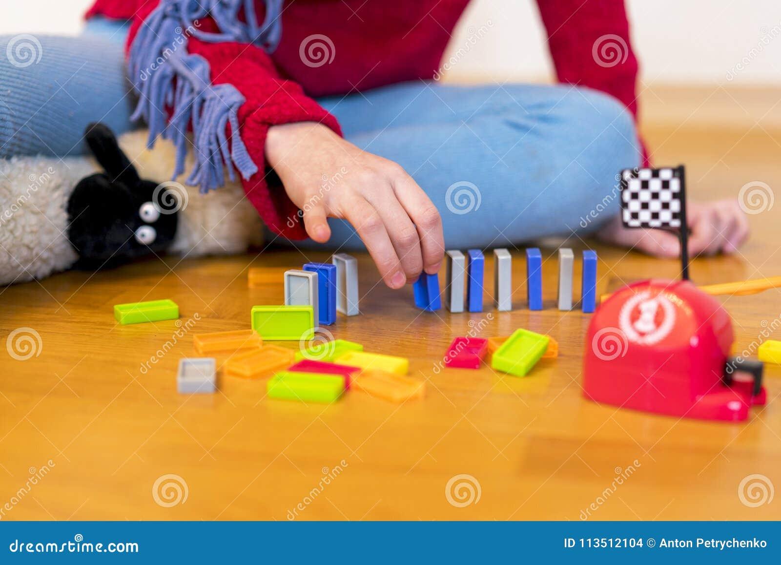 Oude meisje wordt 8 het jaar gespeeld in de ruimte met speelgoed