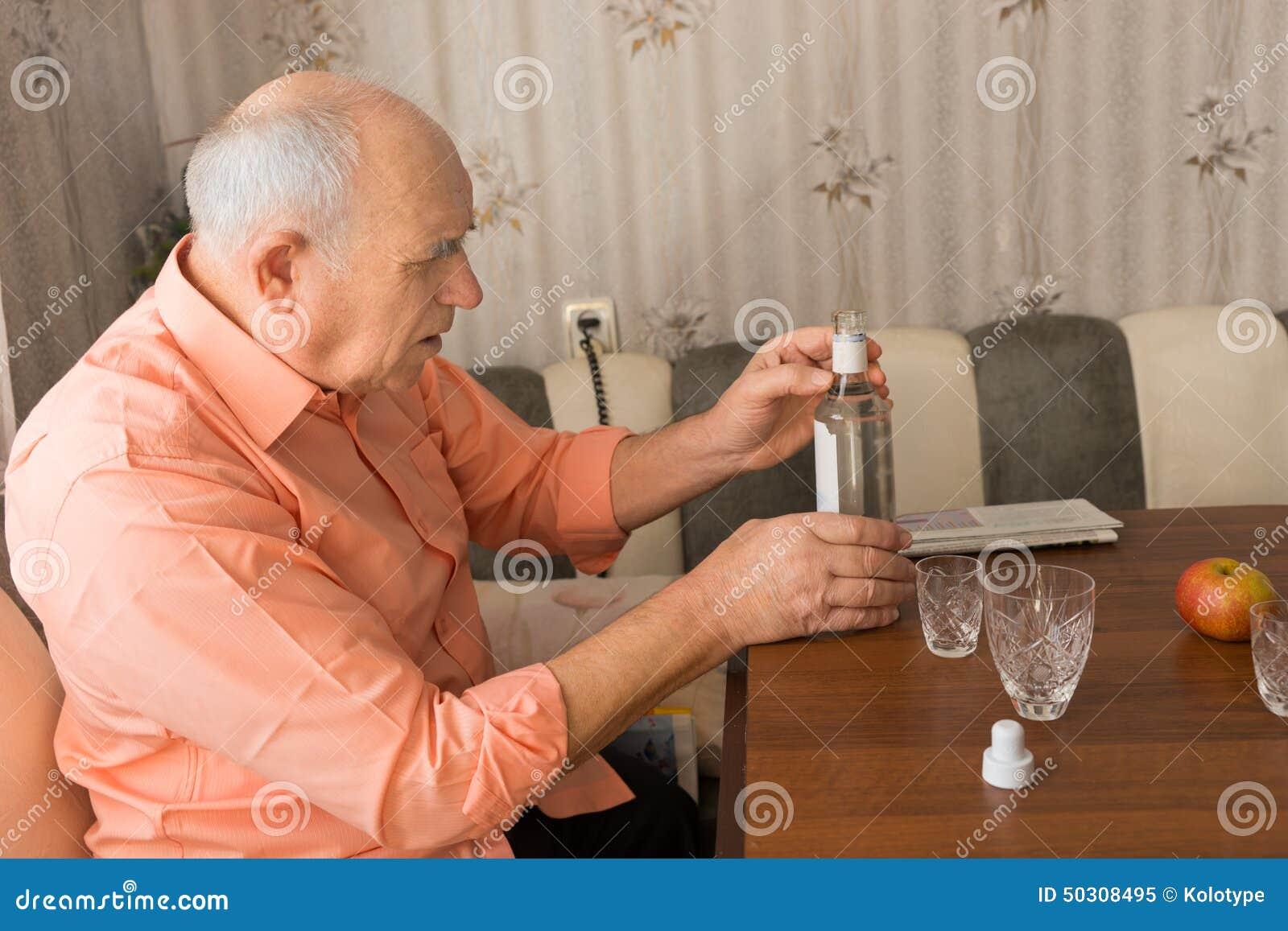 Oude Mens die een Fles Wijn op de Lijst houden