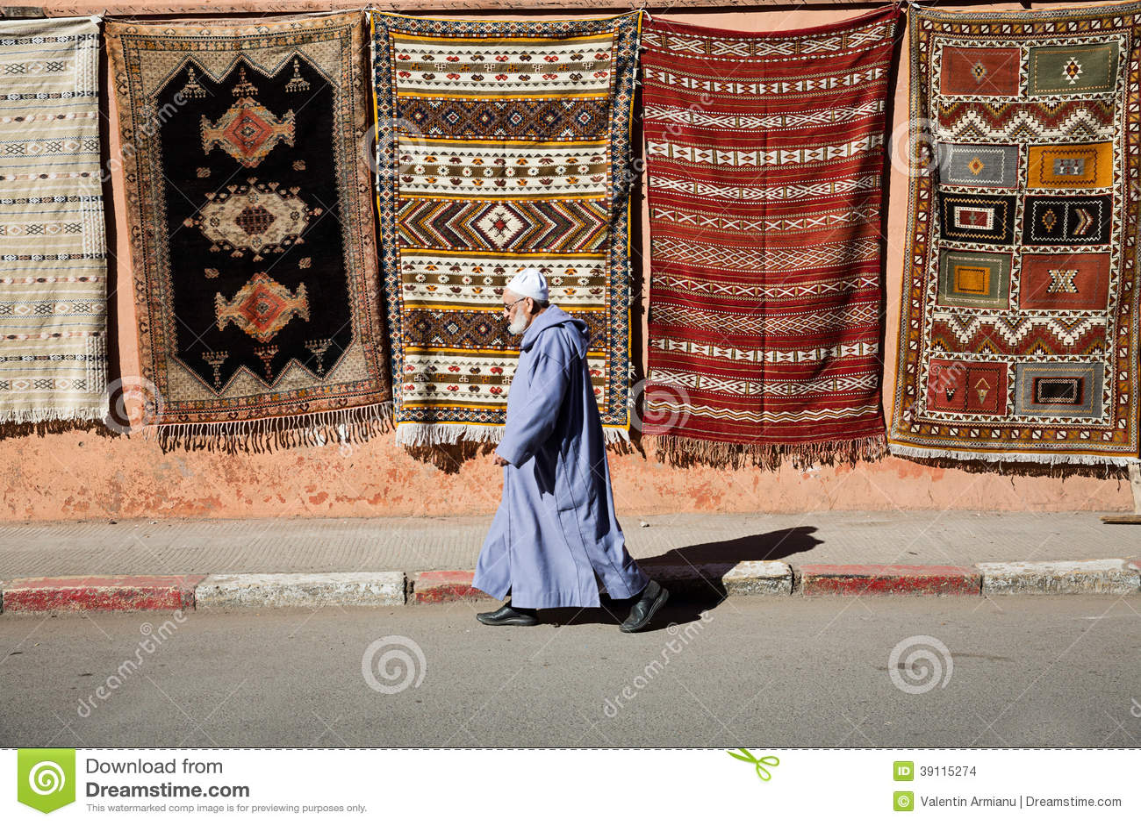 Oude mens die in medina lopen