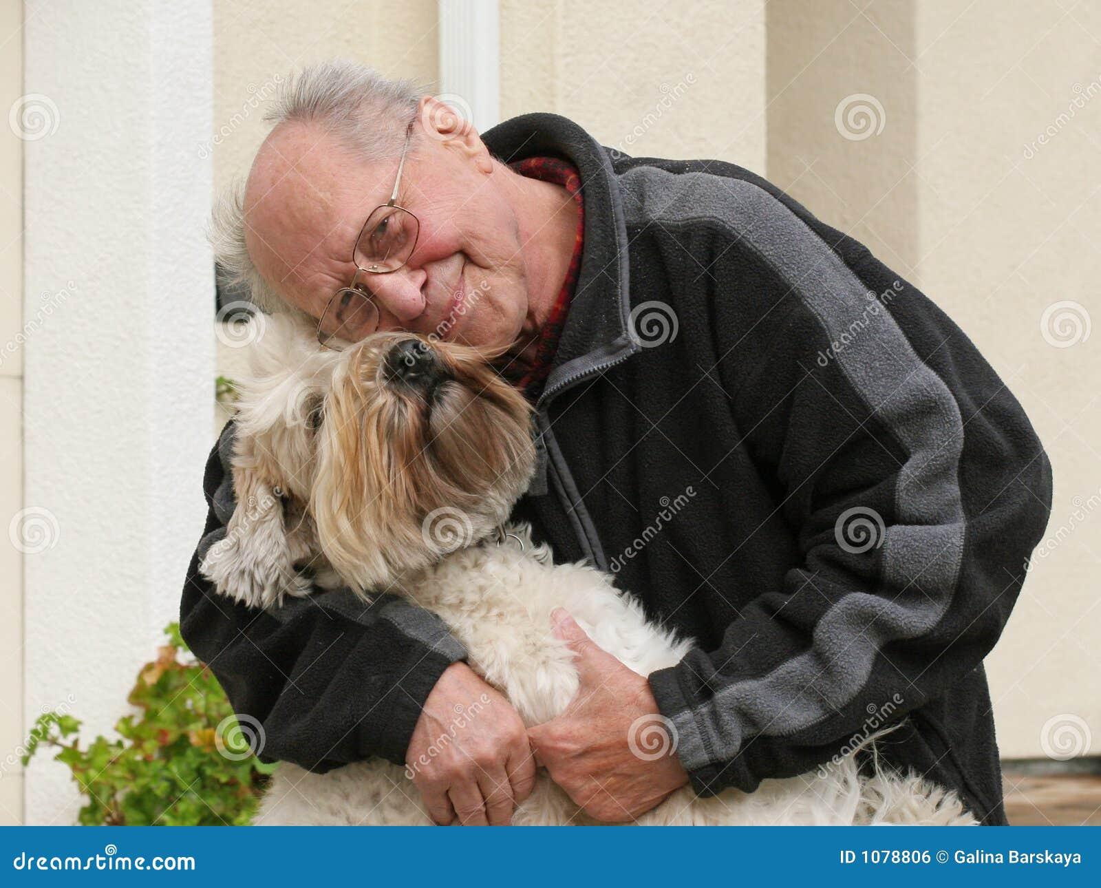 Oude mens en zijn hond