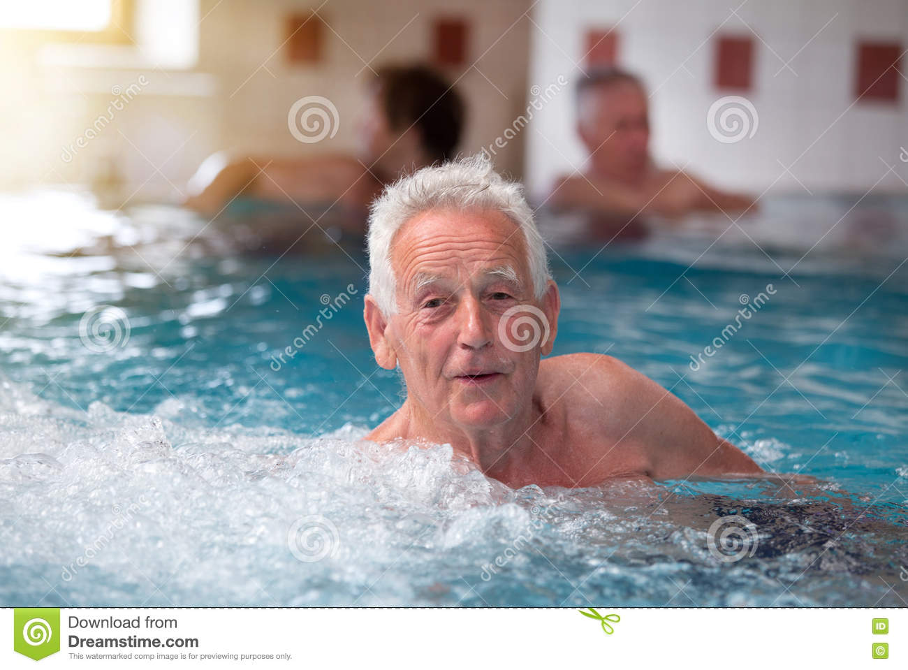 Oude mens in Jacuzzi
