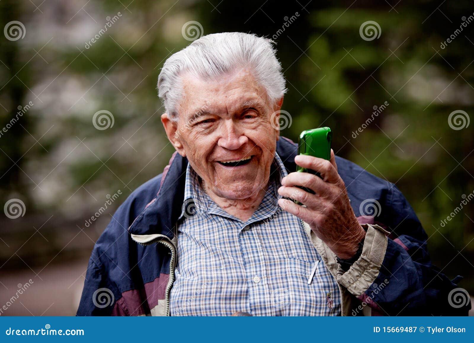 Oude Mens met de Telefoon van de Cel