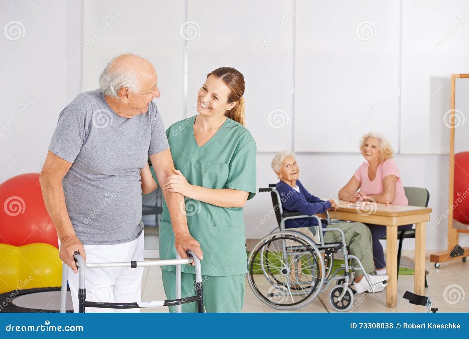 Oude mens met geratric verpleegster in verpleeghuis