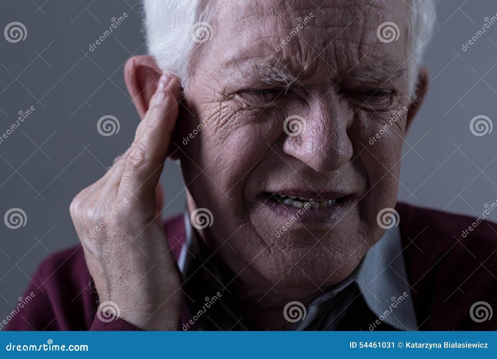 Oude mens met oorsuizing