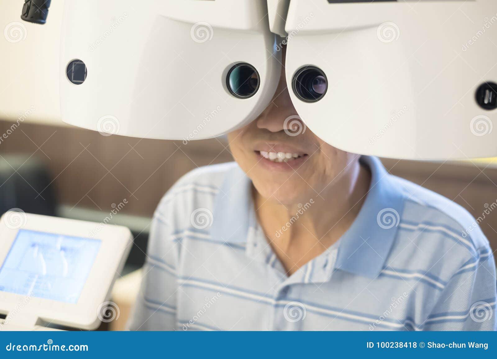 Oude mens met optometrie