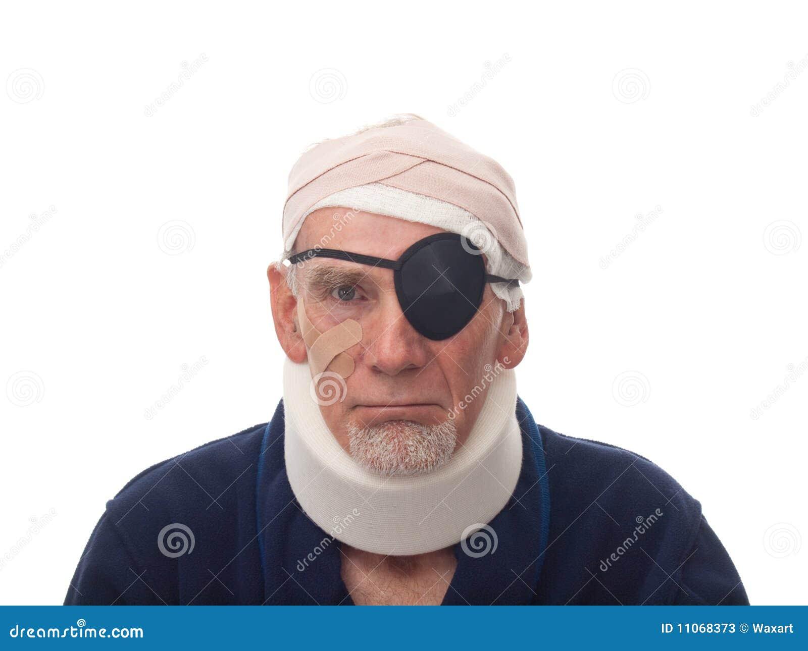 Oude mens met verwonde hoofd en hals