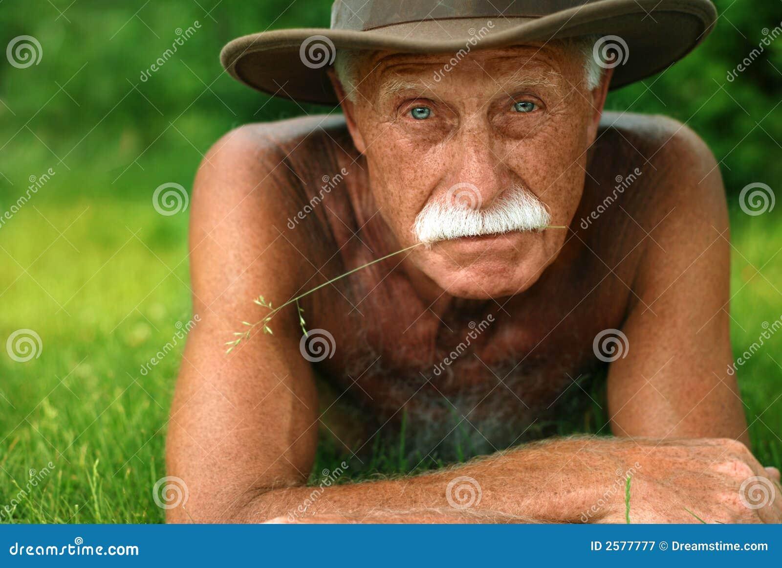Oude mens op vakantie