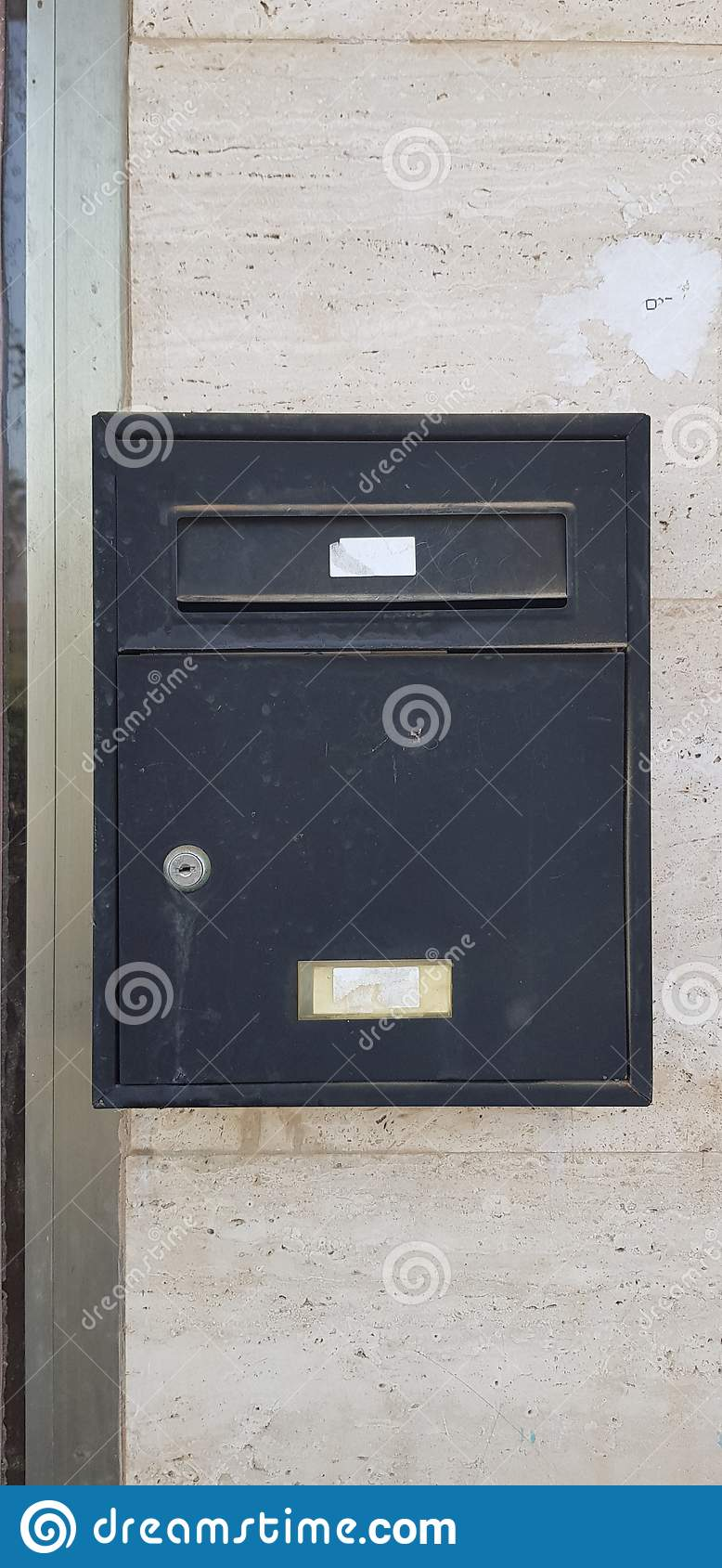 Oude metaal zwarte die brievenbus met een sleutel wordt gesloten
