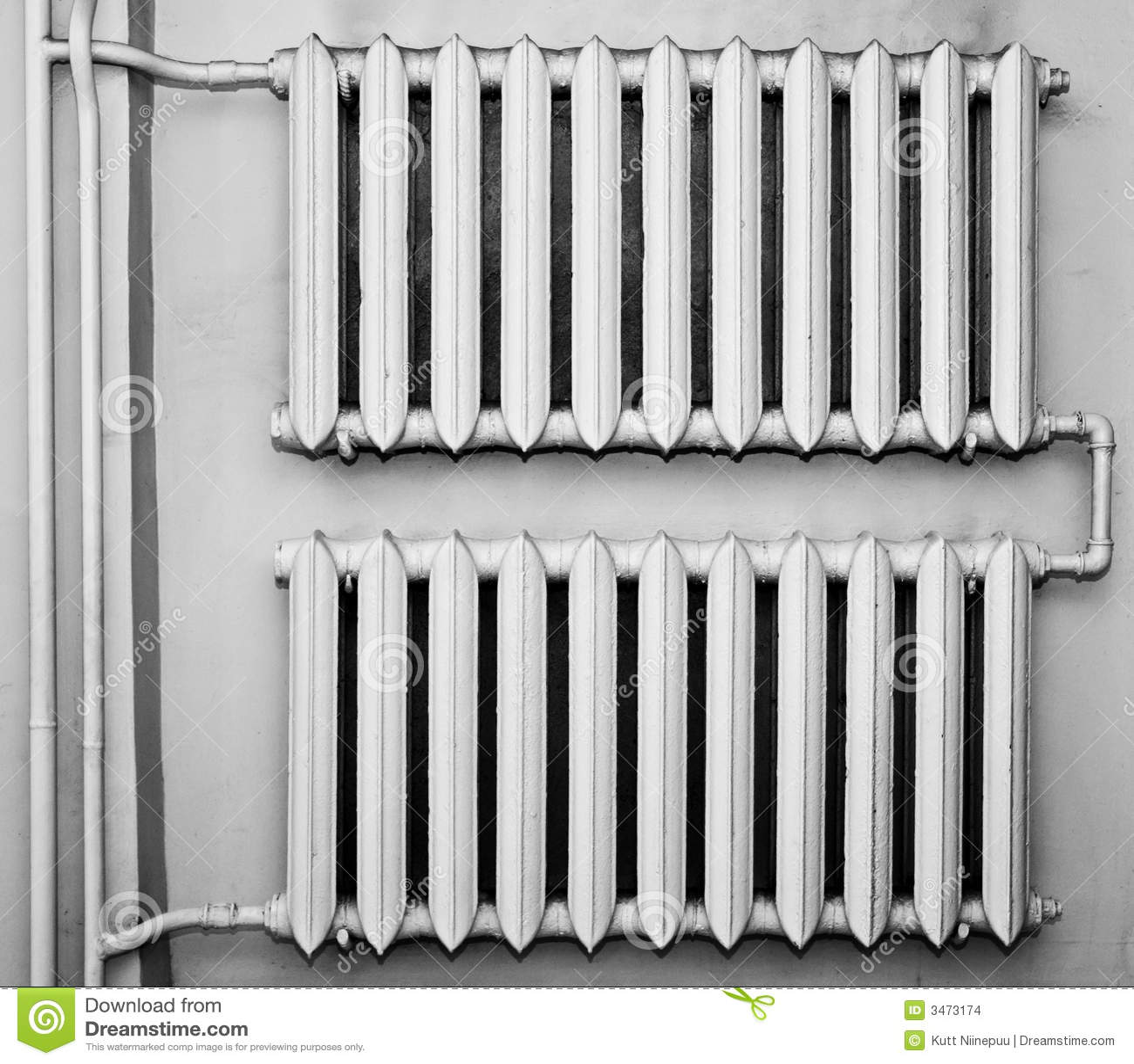 Oude metaalradiators op muur