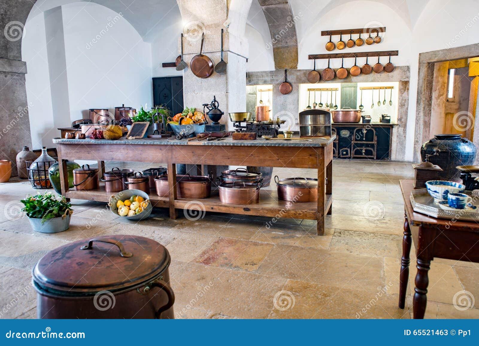 Oude middeleeuwse kasteelkeuken met materiaal en decoratie stock