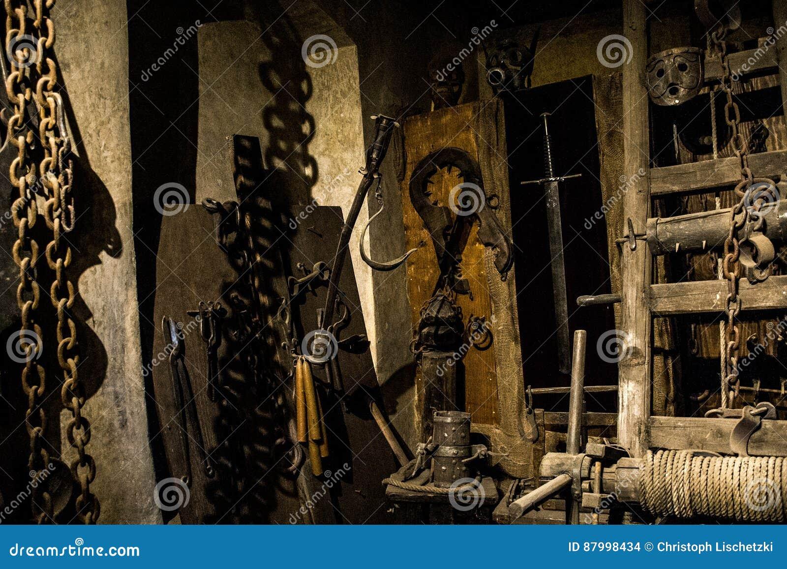 Oude middeleeuwse martelingskamer met vele pijnhulpmiddelen