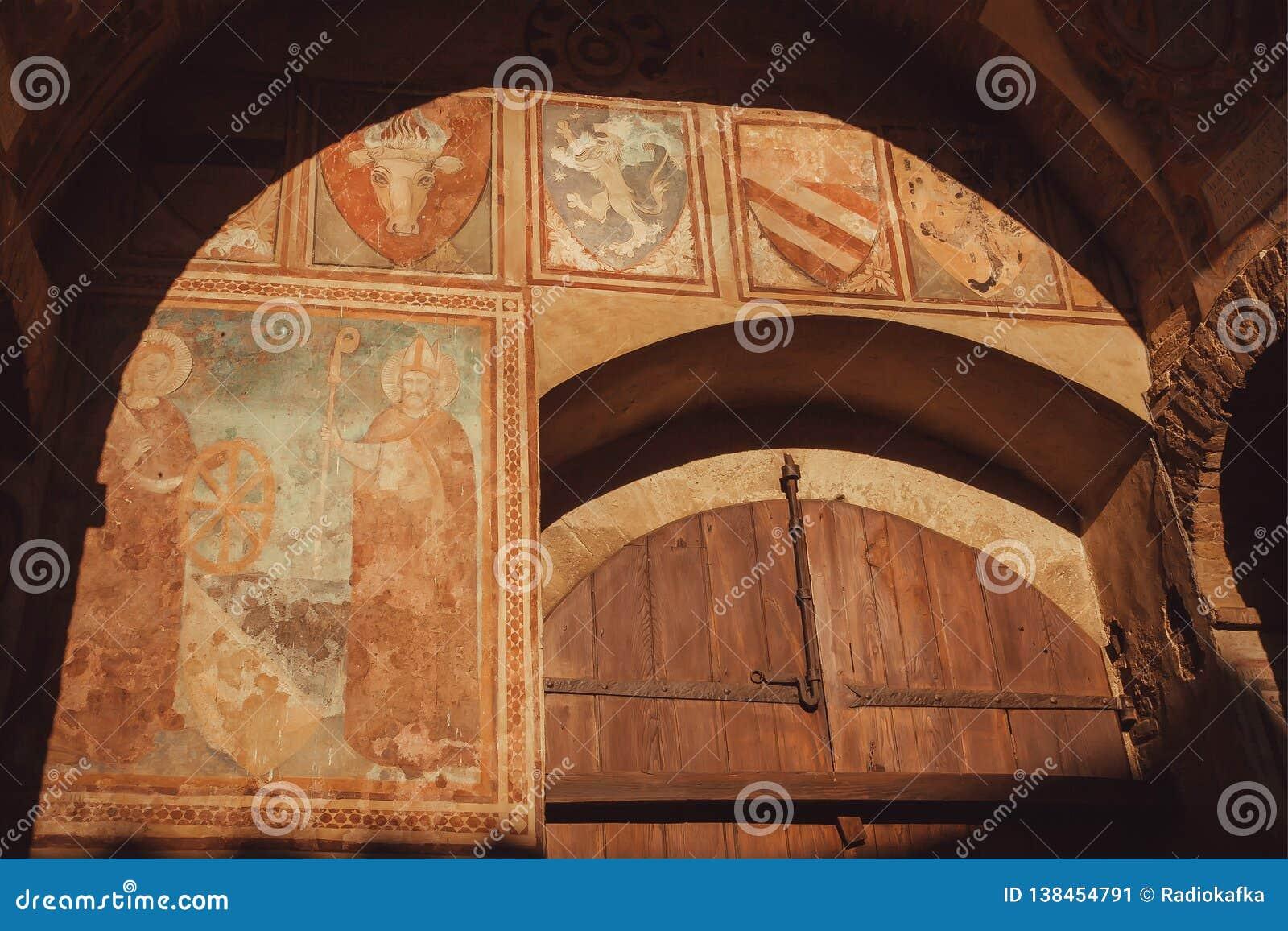 Oude muur met fresko en emblemen van oude Italiaanse families, 14de eeuw Palazzo del Podesta