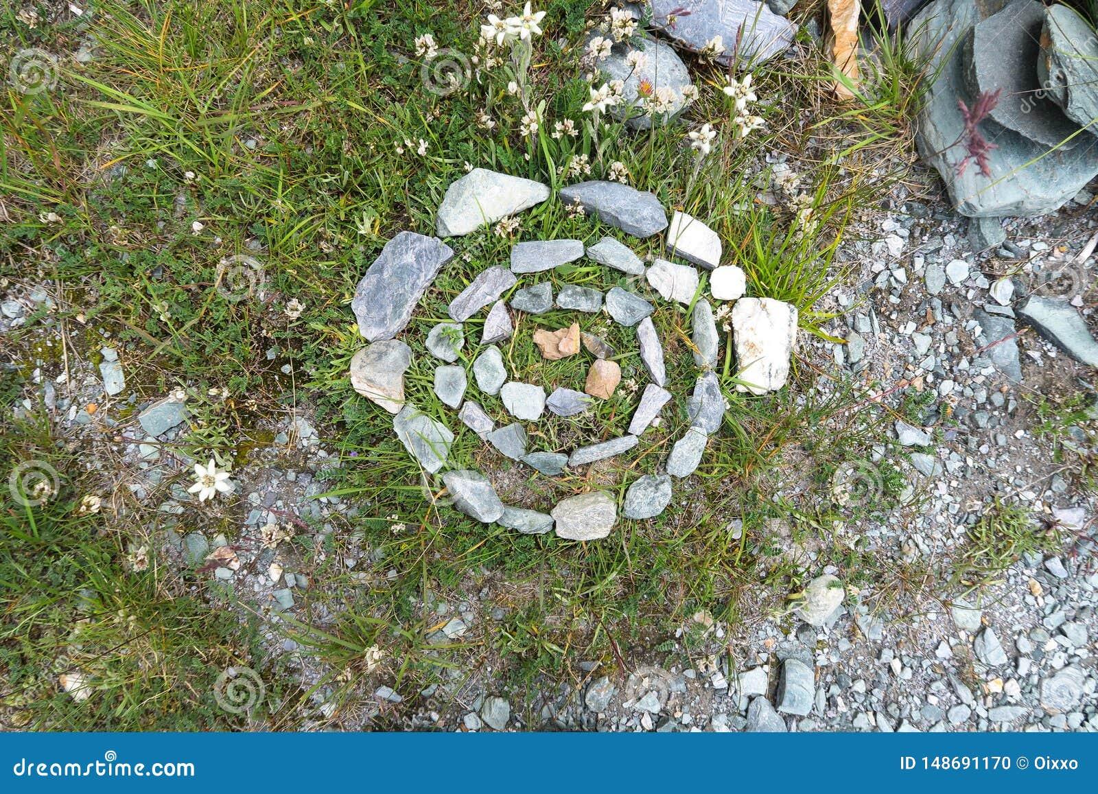 Oude neolithische steencirkel in bergvallei