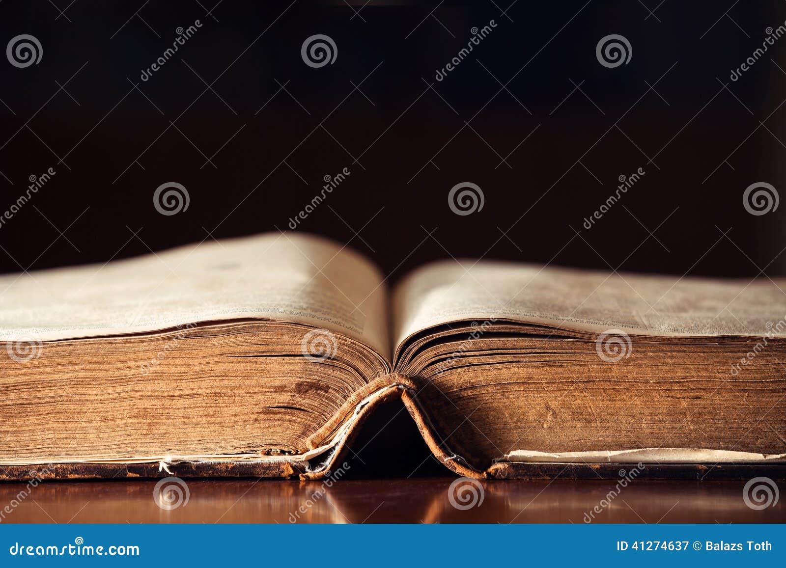 Oude open bijbel
