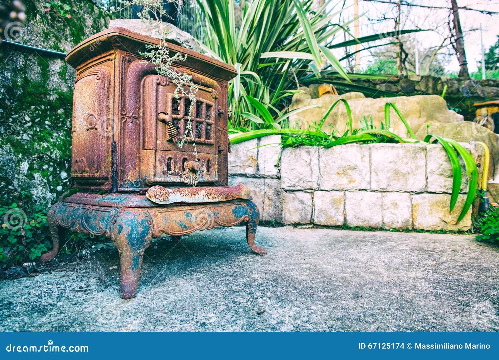 Open Haard Tuin : Oude open haard in de tuin stock foto afbeelding bestaande uit