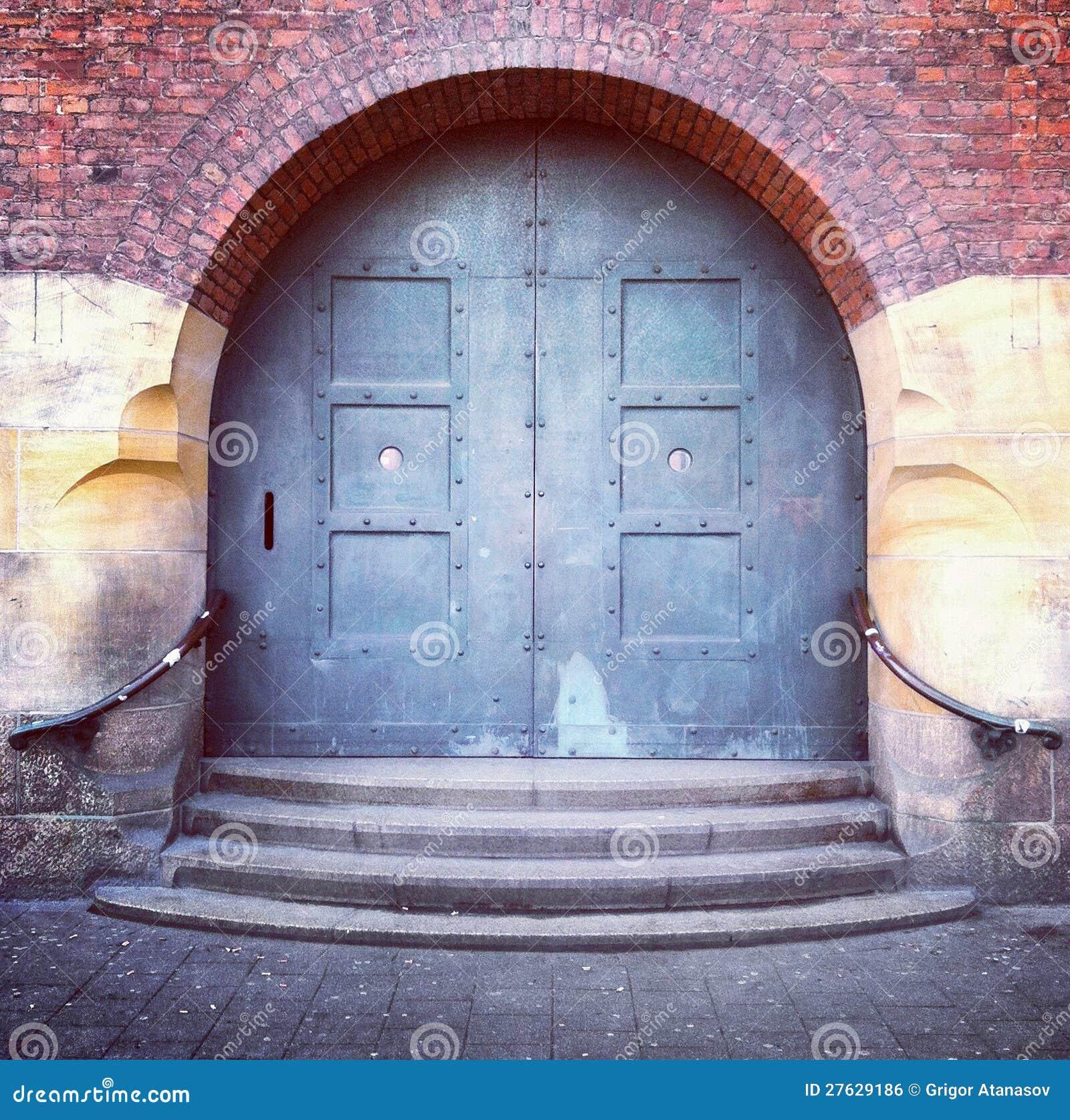 Oude overspannen deur en stappen