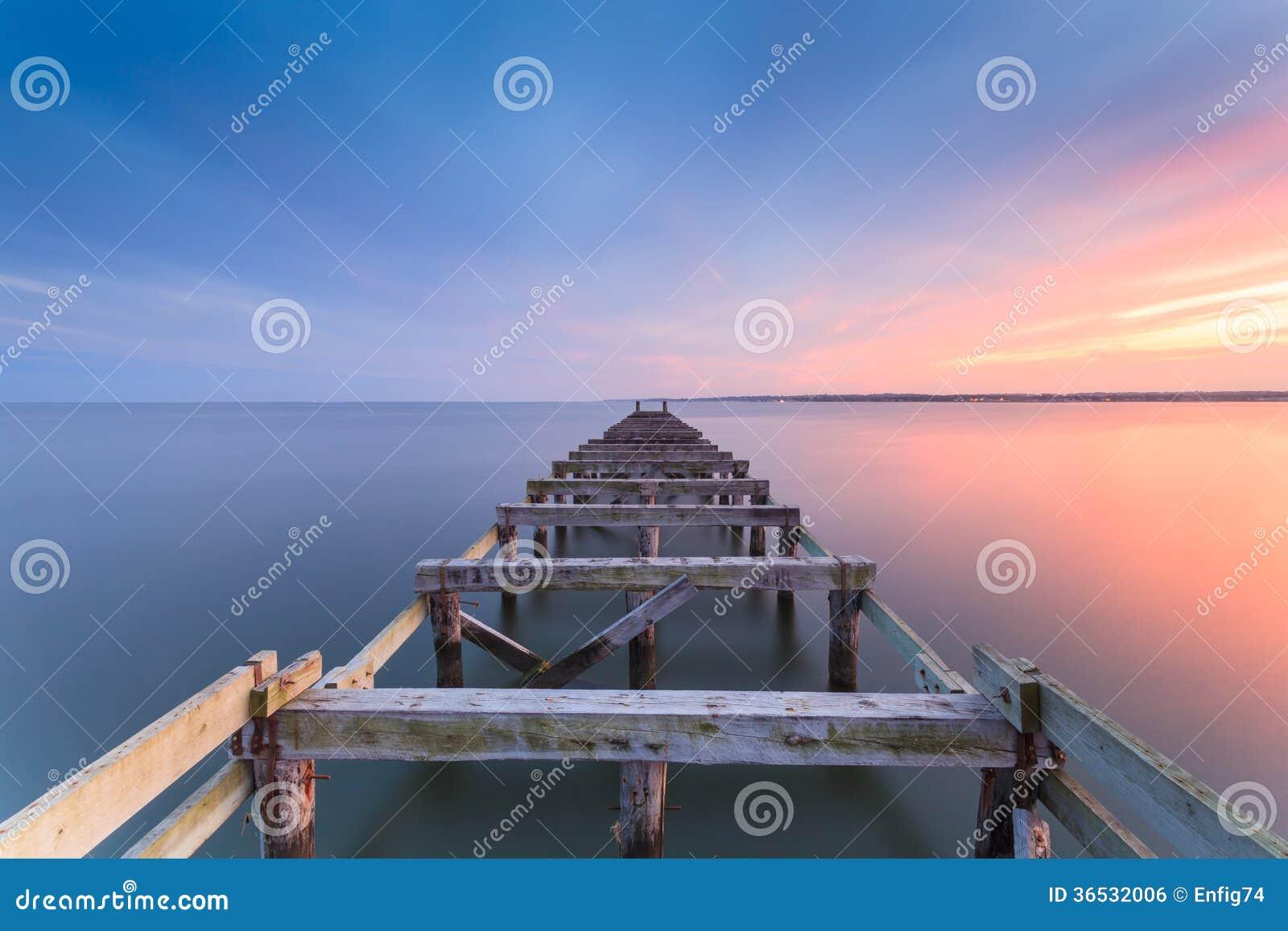 Oude pier bij schemer