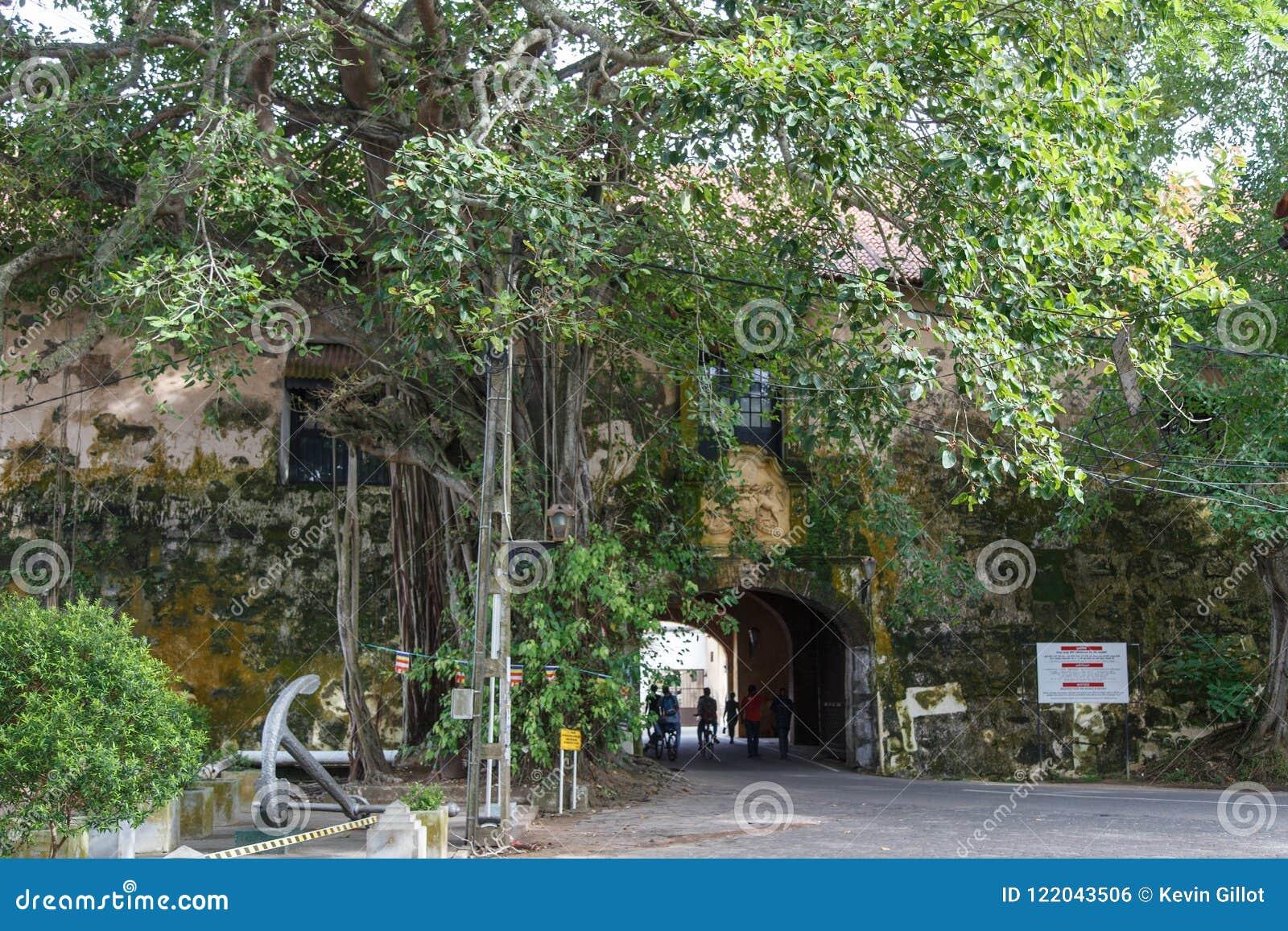 Oude poort van het Galle-Fort, Sri Lanka, met het Britse Wapenschild en het motto ` Dieu Et Mon duidelijk zichtbare Droit `