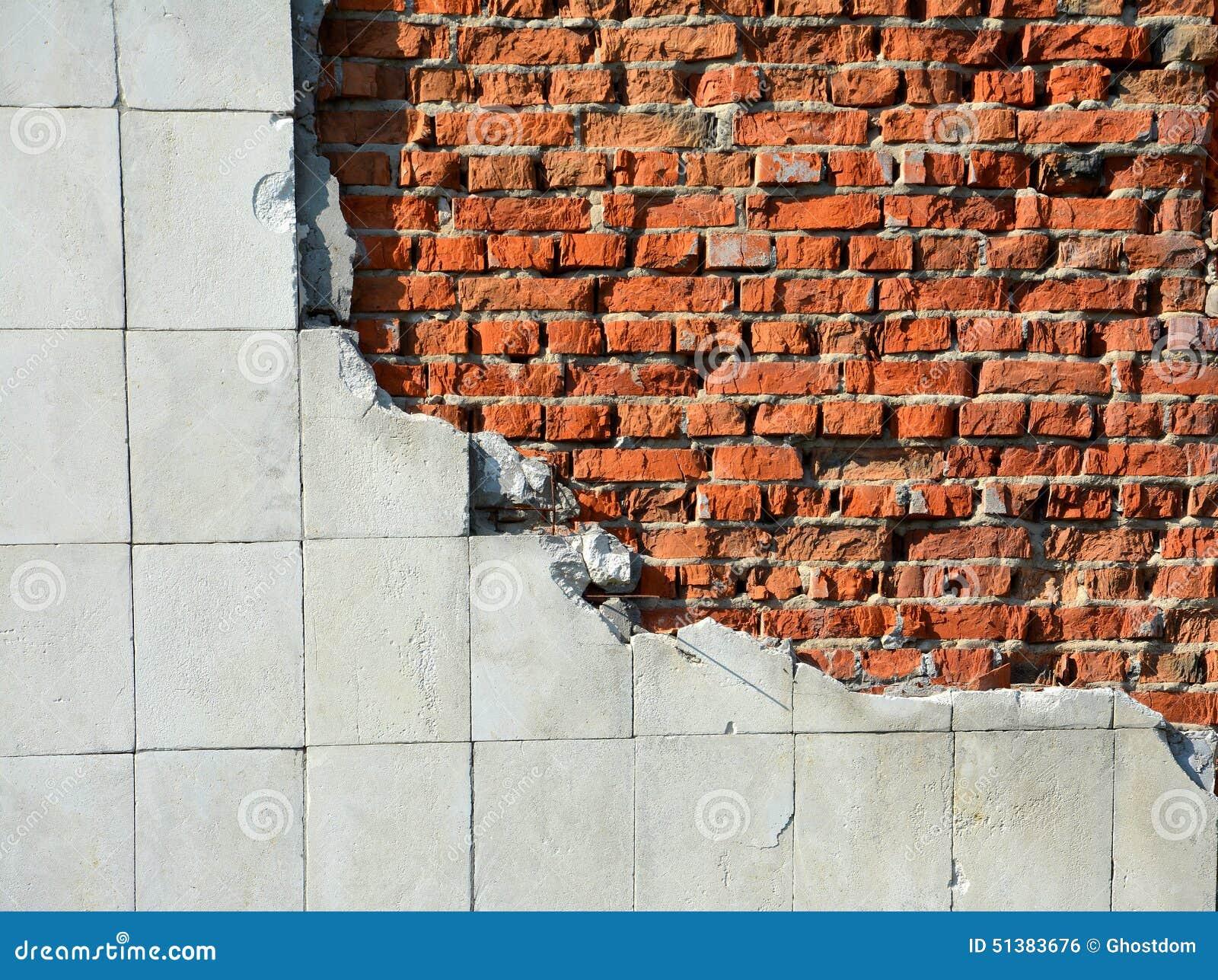 Oude rode bakstenen muur met tegels stock foto afbeelding