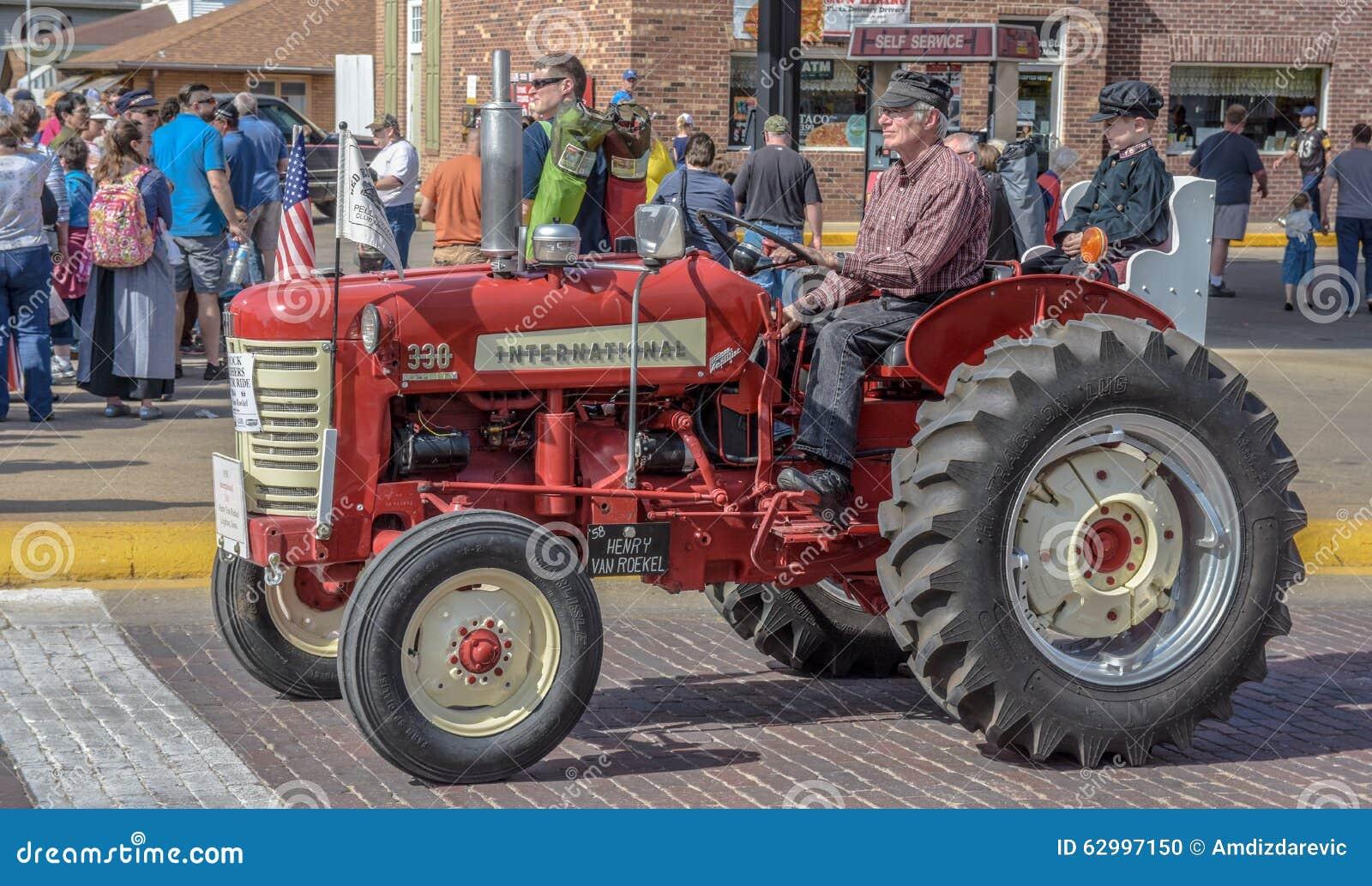 Oude Rode Internationale tractor in Pella, Iowa