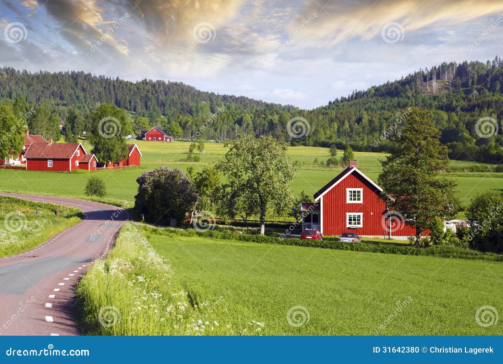 Oude rode landbouwbedrijven in een groen landschap